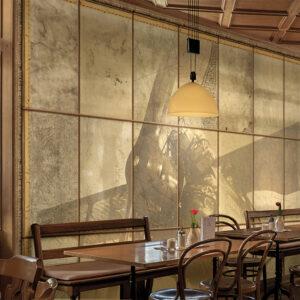 La carta da parati 141 Travelling mind decora la sala da pranzo di un ristorante vintage.