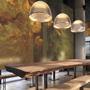 La carta da parati 144 Golden fish impreziosisce questa sala di un ristorante.